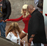 Christina Aguilera How tall is the guy behind her in the third pic? 8'3'? Photo 388 (Кристина Агилера Каким является высокий парень за ней в третьем ПИК?  Фото 388)